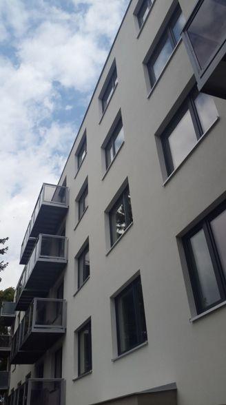Panelový dům s novými okny a balkony