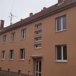 Revitalizovaný bytový dům zezadu