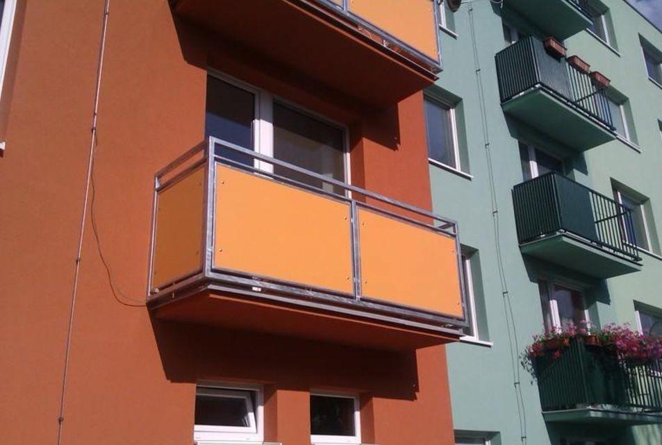 U rekonstrukce bytového domu v Brně jsme jako novou výplň zábradlí použili Cetris desky.